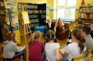 Czytamy w szkolnej bibliotece.